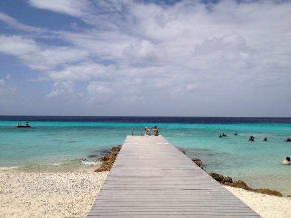 Oneindig helderblauw uitzicht op Curacao...