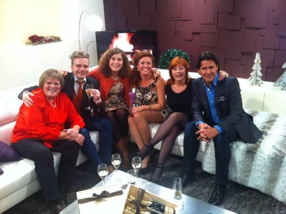 De gasten van links naar rechts: Margriet Hermans, Udo, Maureen, gastvrouw Amaryllis Temmerman, Liliane Saint-Pierre en Frank Galan.