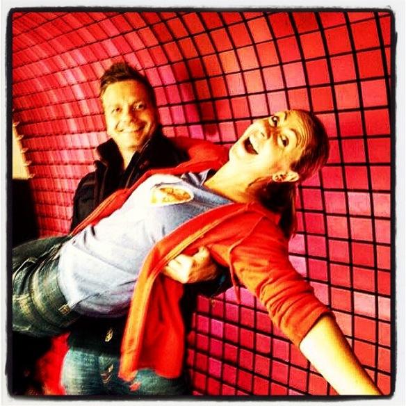Udo in een Superman & Lois Lane pose met radiopresentatrice Kim Debrie (Radio 2)